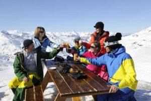 Skier hors vacances scolaires : avantages et inconvénients